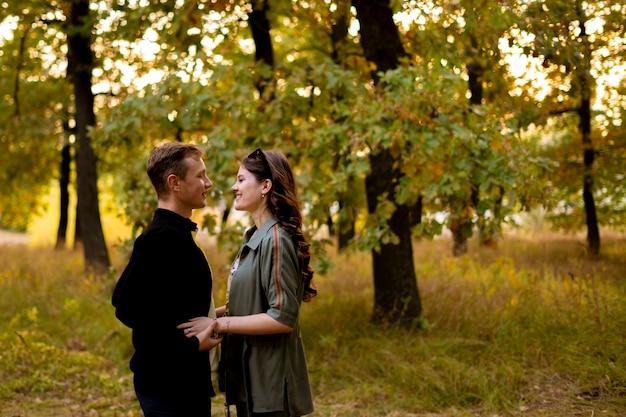 Молодая пара флиртует и обнимает друг друга, открытый откровенный портрет образа жизни