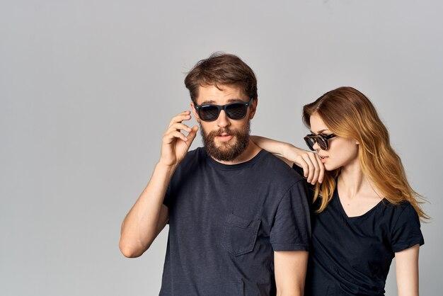 サングラススタジオライフスタイルを身に着けている若いカップルの友情コミュニケーションロマンス。高品質の写真