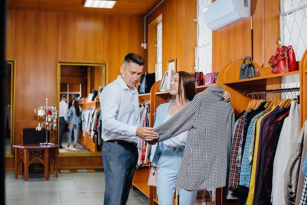 Молодая пара ходит по магазинам и делает покупки.