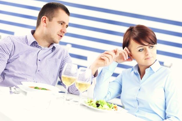 Молодая пара ссорится в ресторане