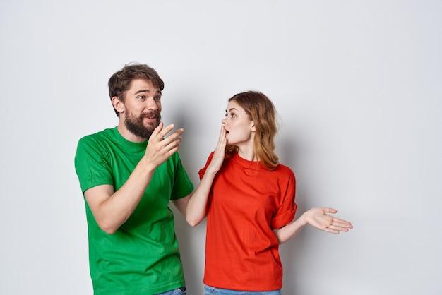 젊은 부부는 우정 다채로운 티셔츠 가족 스튜디오 생활 방식을 껴안습니다. 고품질 사진