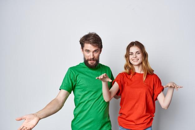 Молодая пара обнять дружбу красочные футболки семья изолированный фон