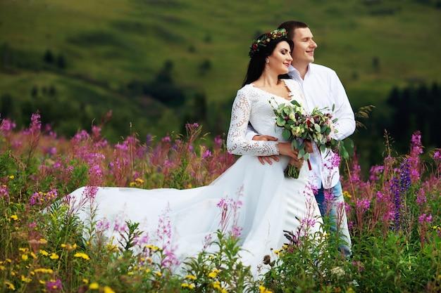 Молодая пара в любви в горах в солнечный день.
