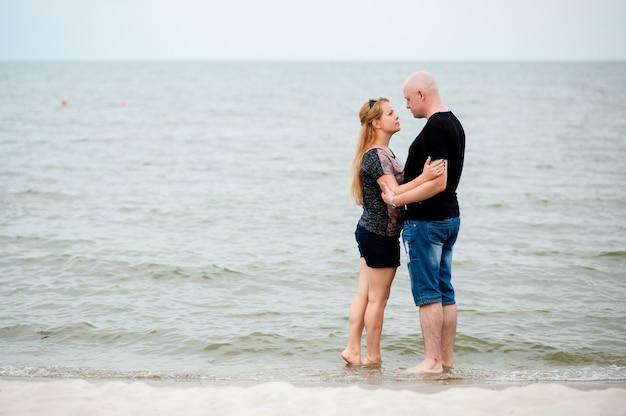 Молодая пара гуляет по морю