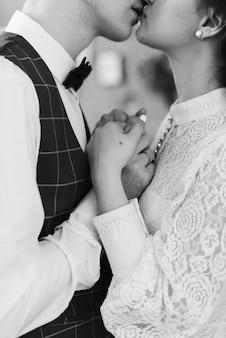 若いカップルが唇にキスします