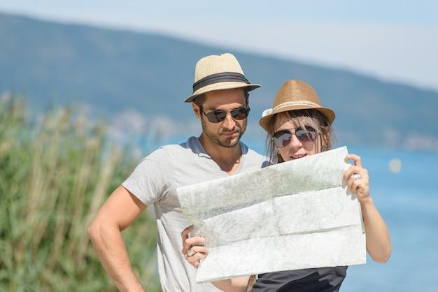 地図を見ている若いカップル