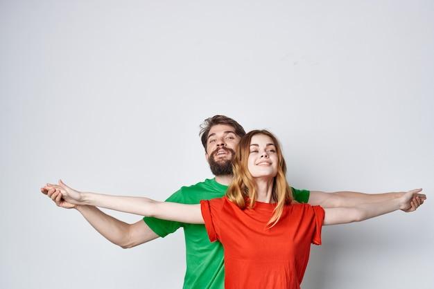 젊은 부부 여러 가지 빛깔의 티셔츠 통신 싸움 밝은 배경