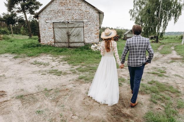 Молодая пара невест повеселиться и гулять в поле на открытом воздухе