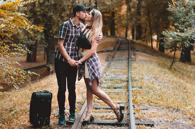기차를 놓친 젊은 연인 가을 숲의 레일 위의 키스