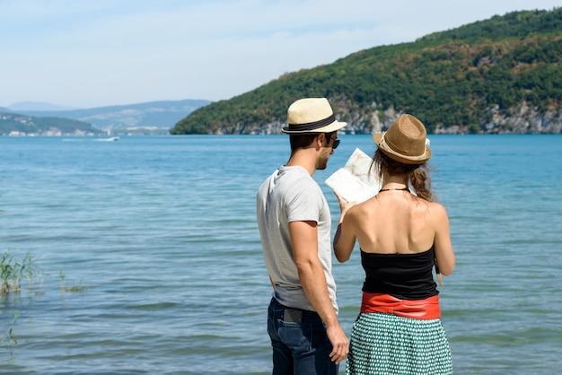 地図を見て休日に若いカップル