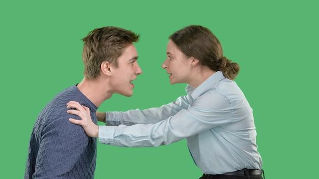 젊은 부부는 서로 소리 지르고, 싸움과 스캔들, 여자는 그녀의 젊은 남자를 밀어