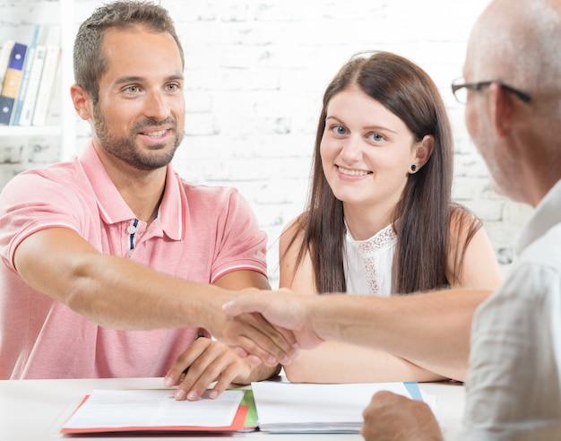 Молодая пара подписывает контракт