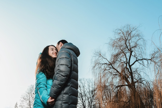 Молодая пара гуляет по городскому парку в день святого валентина.
