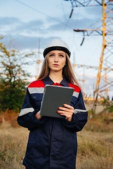젊은 엔지니어가 전력선 장비를 검사하고 제어합니다. 에너지.