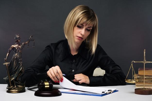 В своем кабинете работает молодая женщина-судья.