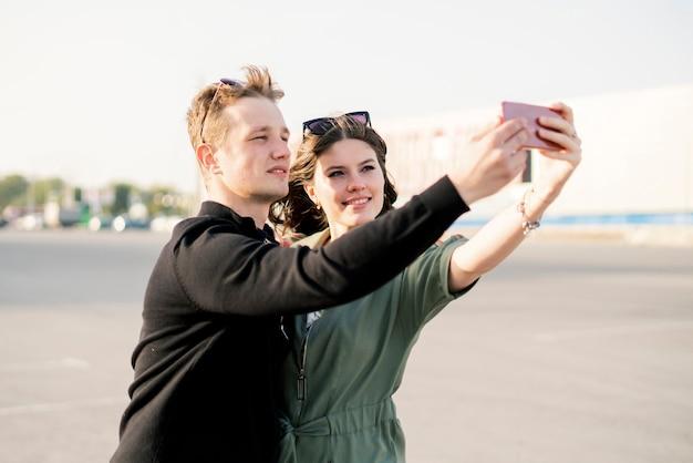 유럽 도시 여행 휴가 동안 셀카를 찍는 젊은 가족 커플, 아름다운 사람들의 미소 개념