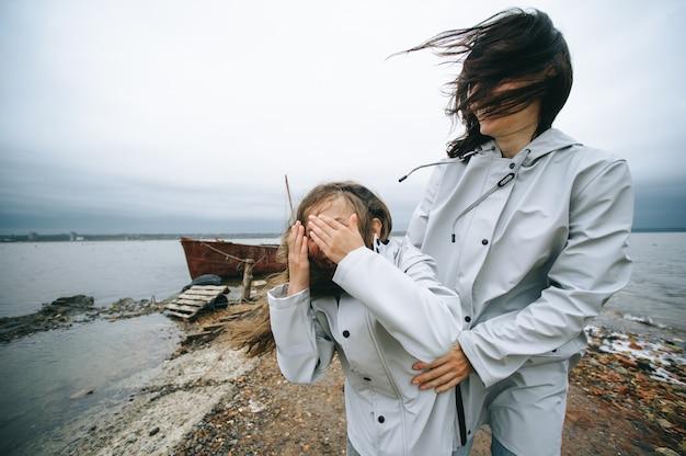 若い家族はボートの背景に海の近くで楽しんでいる