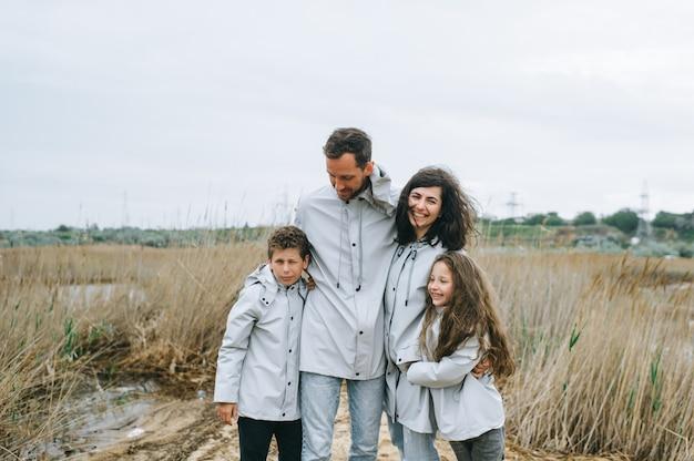 若い家族はボートの背景に海の近くで楽しい時を過す
