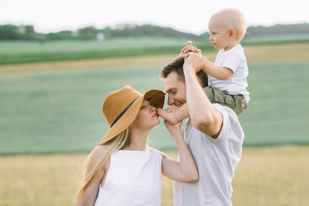 젊은 가족은 현장에서 작은 아기와 재미를