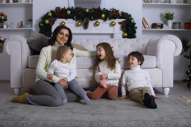 Молодая семья с детьми украшает дом к празднику. новогодняя ночь. жду нового года.