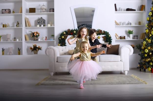 아이들이 있는 젊은 가족이 휴가를 위해 집을 장식합니다. 새해 전날. 새해를 기다리고 있습니다.