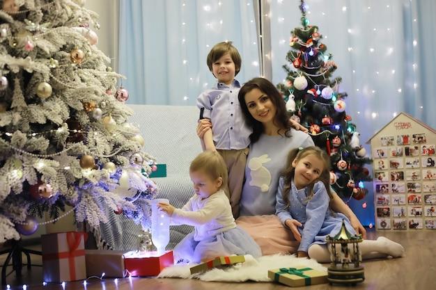 子供連れの若い家族が大晦日の休日に家を飾ります