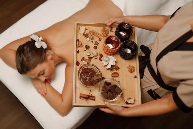 Молодая женщина наслаждается массажем