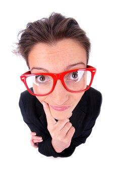 白い背景の上の大きな赤い眼鏡の若い欲求不満の女性