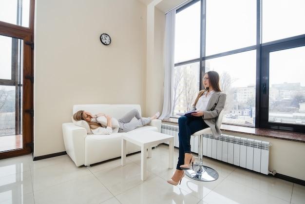 うつ病の少女がオフィスの心理学者とコミュニケーションをとる