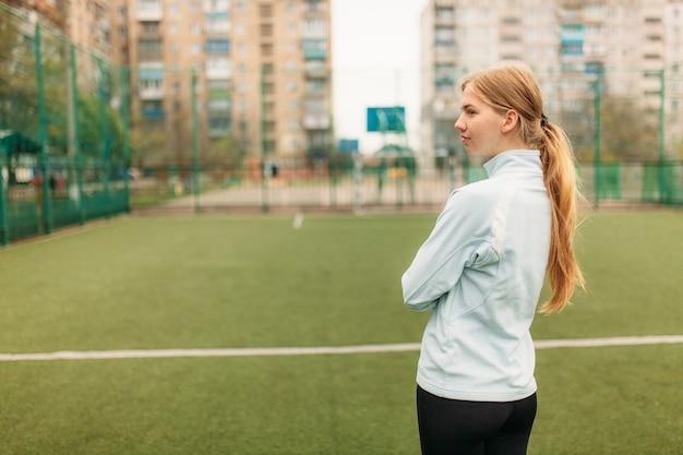 若い女の子は、スポーツ、肖像画、スポーツウェアでハンサムな女の子のために行きます。少女は、開放的で新鮮な空気の中で働いています。