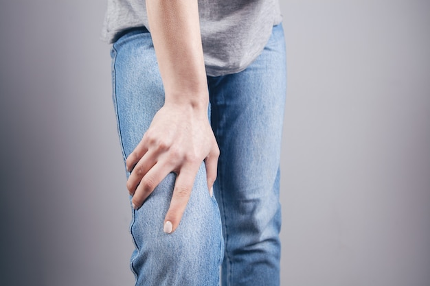 어린 소녀는 무릎 통증이 있습니다