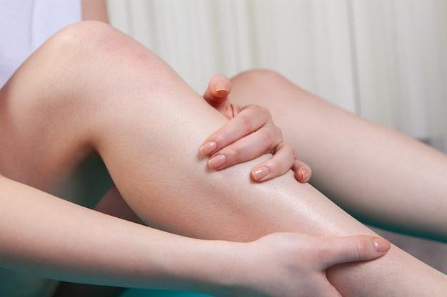 У молодой девушки болит колено