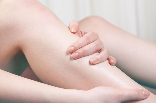 어린 소녀는 다리가 아프다