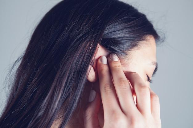 У молодой девушки болит ухо