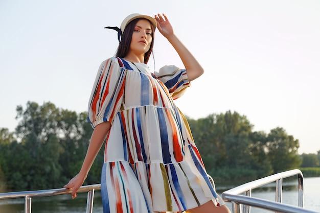 Молодая девушка в красивом платье на яхте