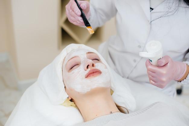 미용실의 한 소녀가 얼굴 피부 회춘 절차를 받고 있습니다. 미용술.