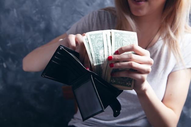 지갑에서 지폐를 꺼내는 어린 소녀