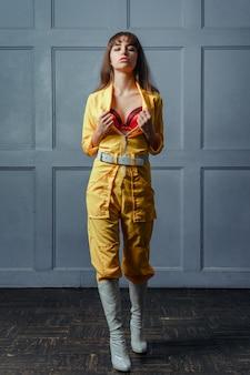 노란색 unbuttoned 옷에 어린 소녀 seductress