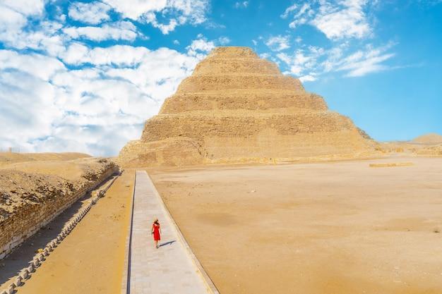 조세르의 계단식 피라미드를 걷는 어린 소녀
