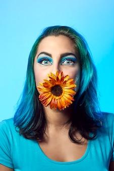 青い背景に青い髪の少女