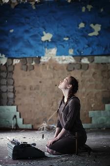 Молодая девушка со старыми книгами в старом доме