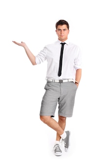 Молодой красивый бизнесмен стоит и представляет ваш продукт на белом фоне