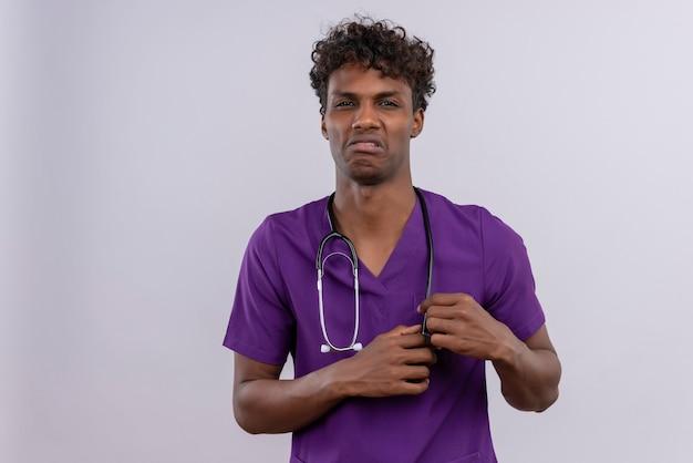 聴診器が気分が悪く、紫の制服を着た巻き毛の若いハンサムな浅黒い医者