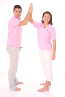 白の上に5を与える若い幸せなカップル