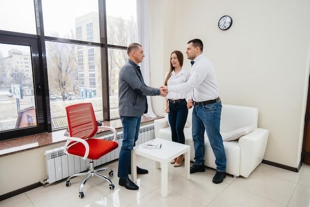 남성과 여성의 젊은 행복한 부부는 치료 세션에서 심리학자와 이야기합니다.