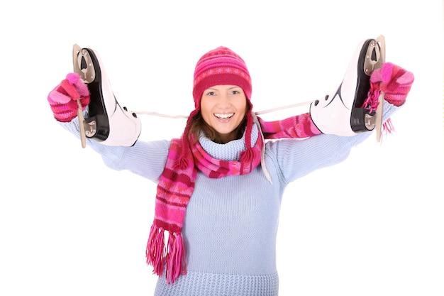 Молодая счастливая женщина с коньками над белой