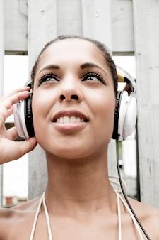 屋外で音楽を楽しんでいる若いヒスパニック系の女の子。