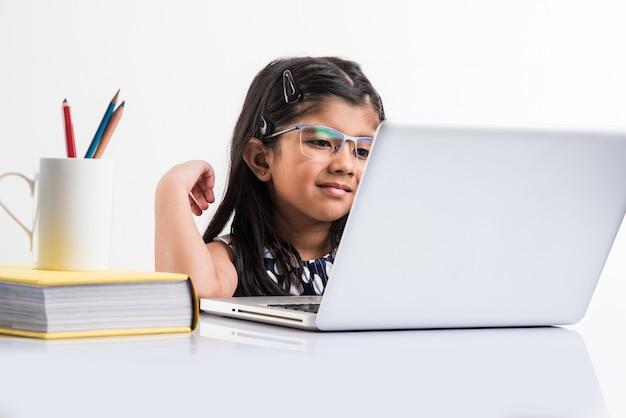 인도 소녀가 온라인 학교 나 수업에 참석하고 있습니다. covid-19로 인해 학교가 문을 닫을 때 잠금 상태에서 공부하십시오. 전국적 봉쇄시 기술의 역할. 인도의 가정에서 개념 학습