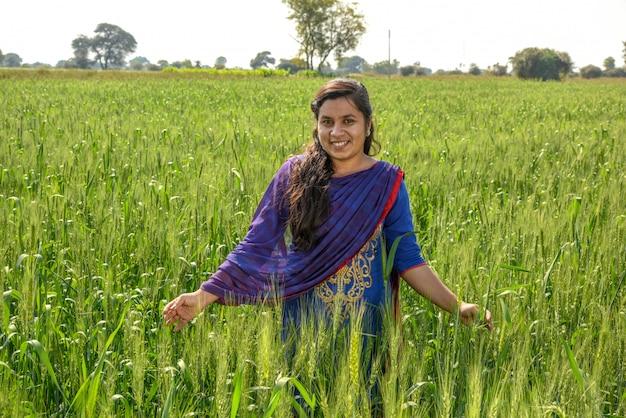 小麦畑で働く若いインド人女性農家。