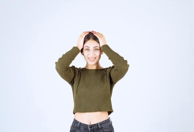 Модель молодой прекрасной женщины закрыла голову руками